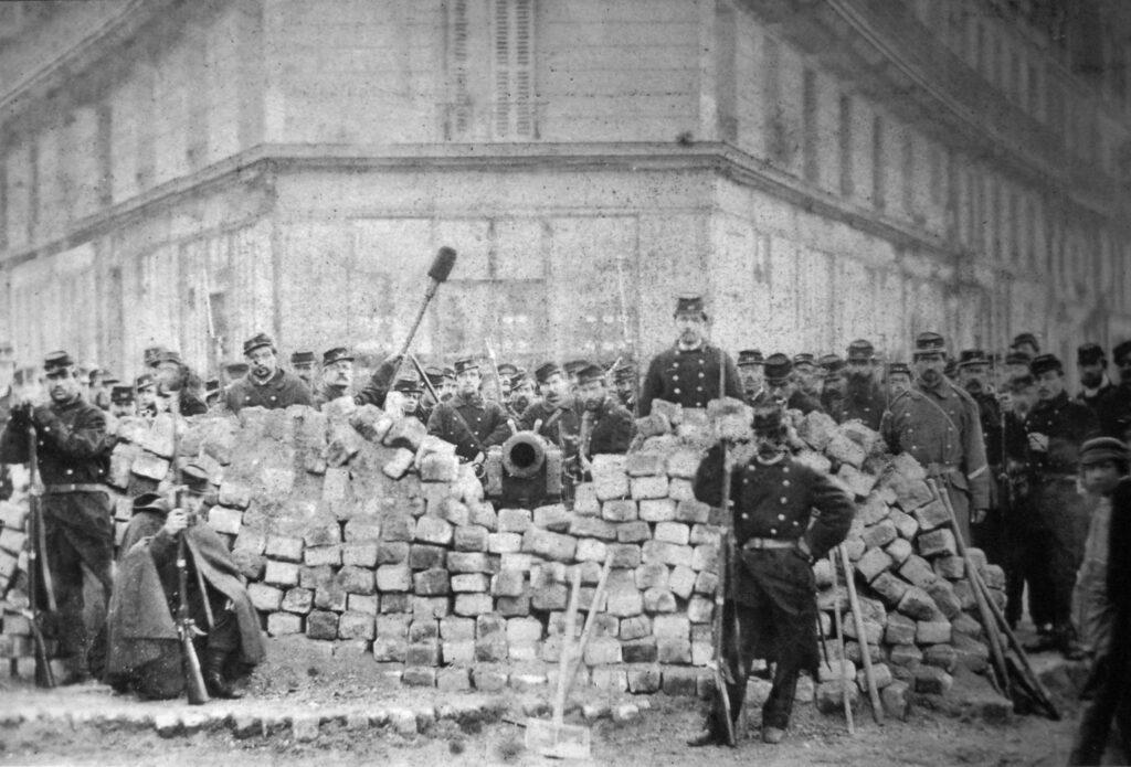 Pariserkommunens barrikade ved Voltaire og Lenoir, 1871. Creative Commons.