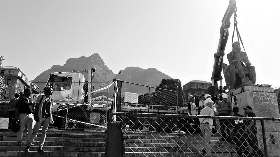 Removal of the statue of Cecil Rhodes (sculptor: Marion Walgate) from the campus of the University of Cape Town, 9 April 2015. Foto: Flickr/Desmond Bowles